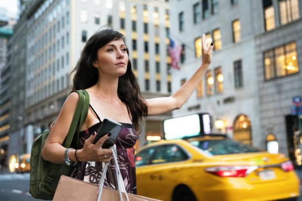 menunggu taksi - traveler new york potret stok, foto, & gambar bebas royalti
