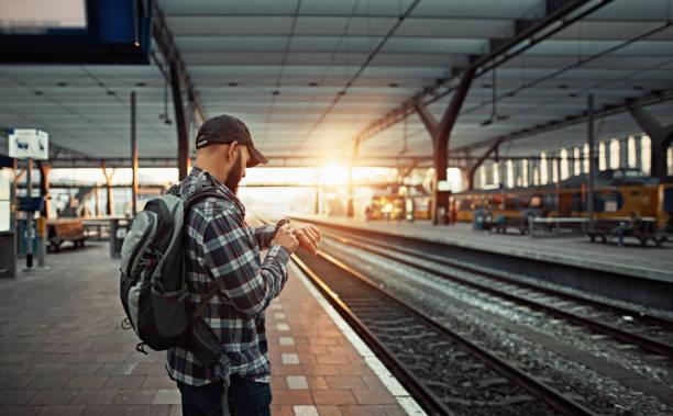 Warten auf den Zug am Bahnhof – Foto