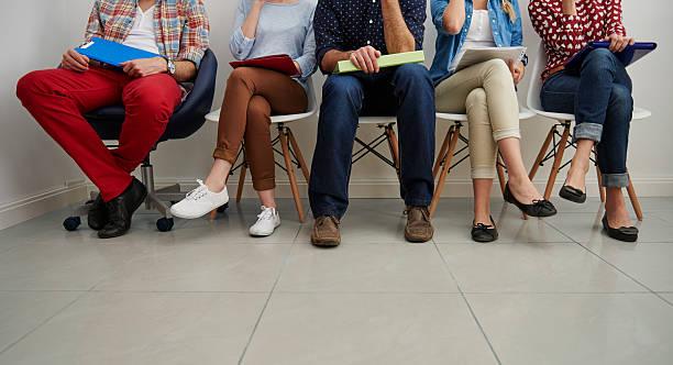 warten, in der warteliste für job-interview - outfit vorstellungsgespräch stock-fotos und bilder