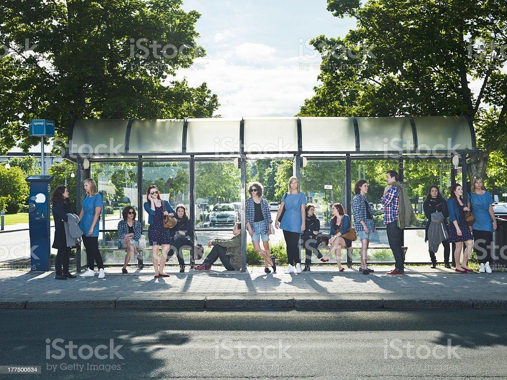 Warten auf den bus - Lizenzfrei Abwarten Stock-Foto