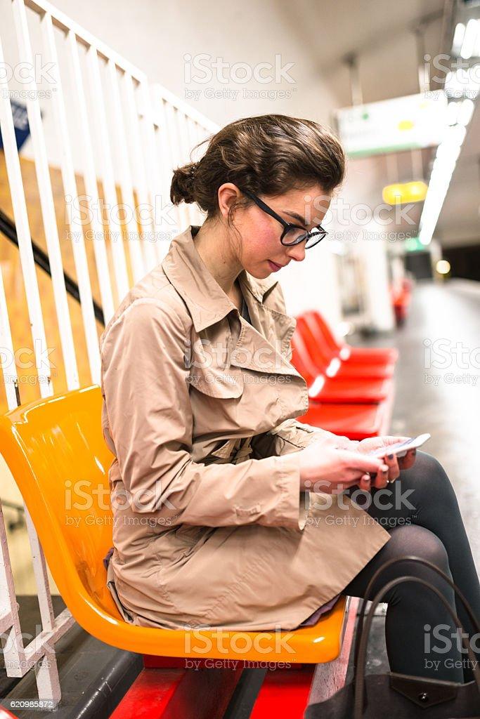 Esperando o trem na estação de metrô de Paris foto royalty-free