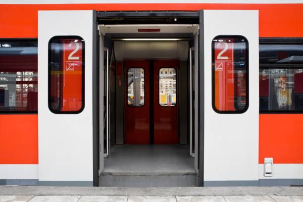 väntar på tåget - dörrar öppna - järnvägsvagn tåg bildbanksfoton och bilder