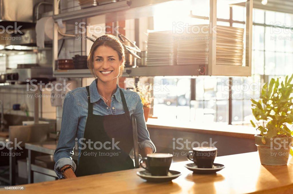 Serveuse au café comptoir - Photo