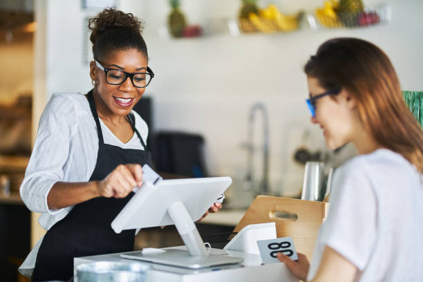 serveerster jatten klantenbank kaart op POS Terminal bij restaurant foto