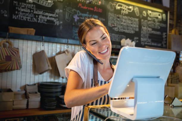 kellnerin am telefon in einem restaurant - bestellen stock-fotos und bilder