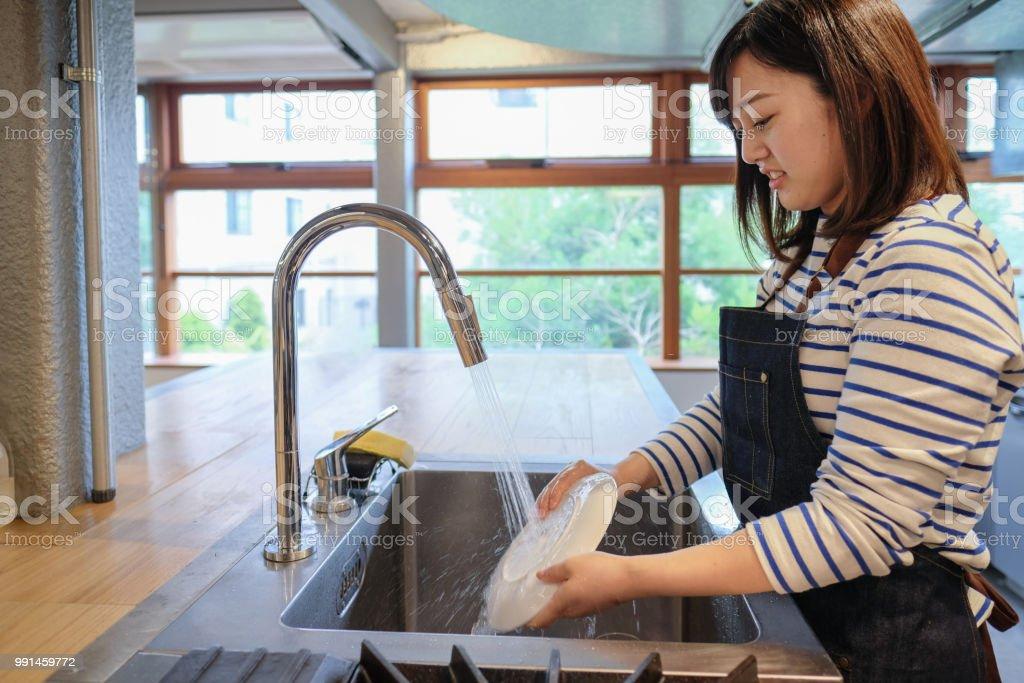 Prato de lavagem empregada na cozinha do restaurante - foto de acervo