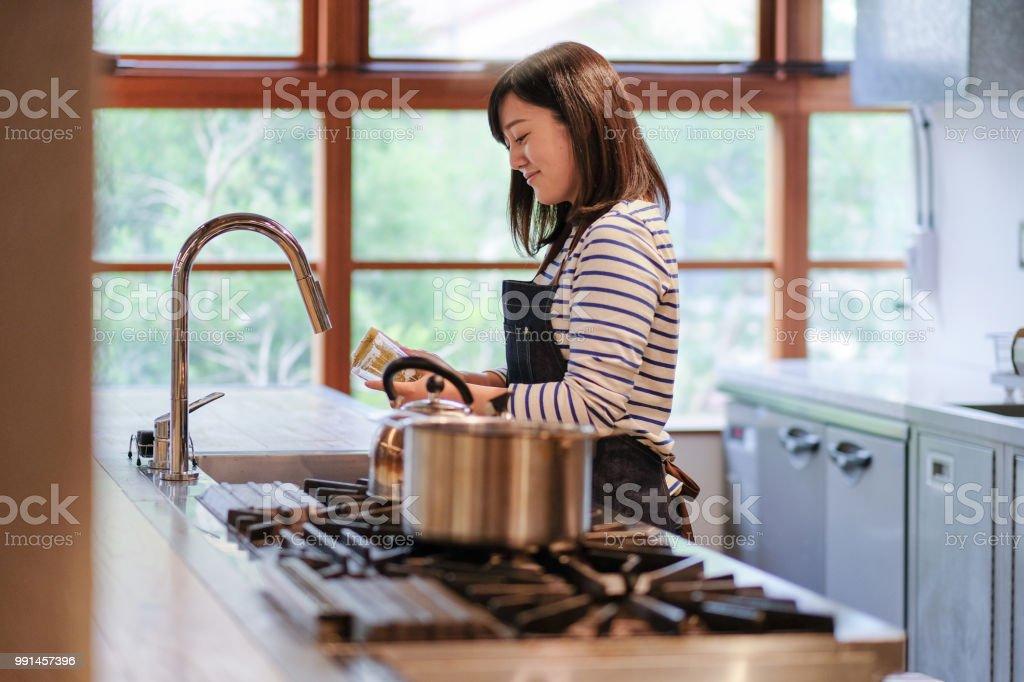 Garçonete, lavar o vidro na cozinha do restaurante - foto de acervo