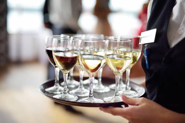 Kellnerin mit Gericht aus Champagner und Weingläsern – Foto