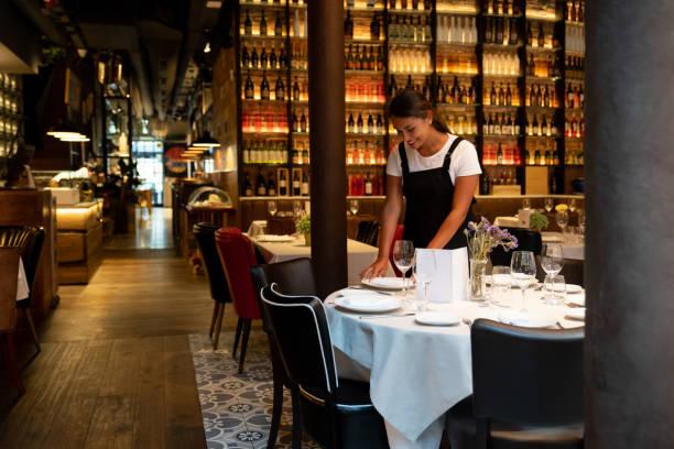 Kellnerin in einem Restaurant Einrichtung einer Tabelle – Foto
