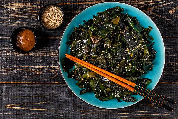 Wakame salad, raw seaweed, Japanese cuisine. - foto de stock