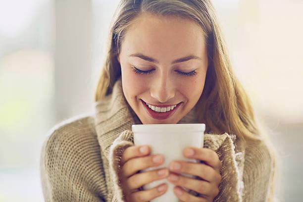 despierte y disfrute del aroma a café - café bebida fotografías e imágenes de stock