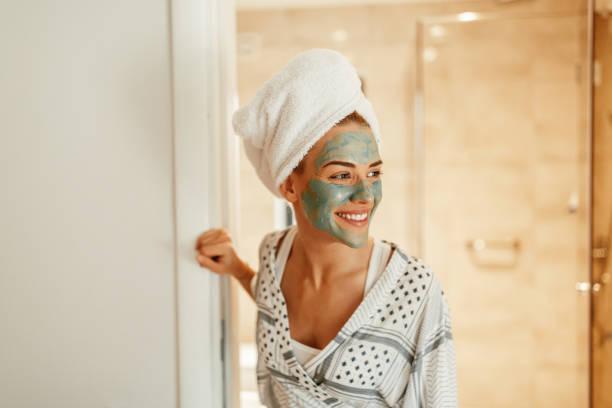 wakker worden met de frisse sensatie van water - mirror mask stockfoto's en -beelden