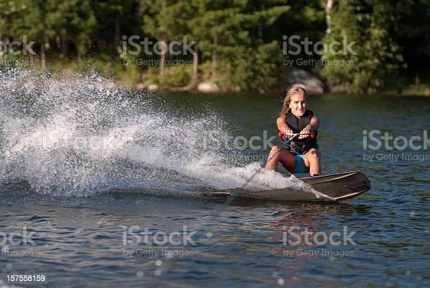 Wakeboarden Mädchen Stockfoto und mehr Bilder von Aktivitäten und Sport