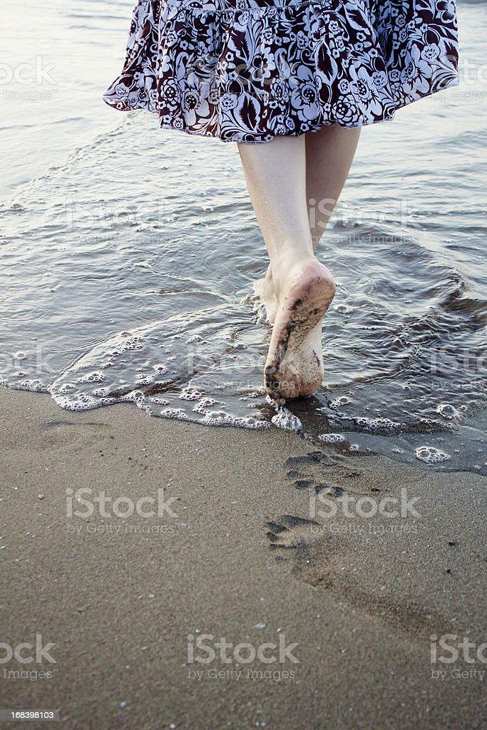 Прогулка вдоль пляжа стоковое фото