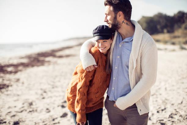 walk by the beach - spiaggia coppia amore foto e immagini stock