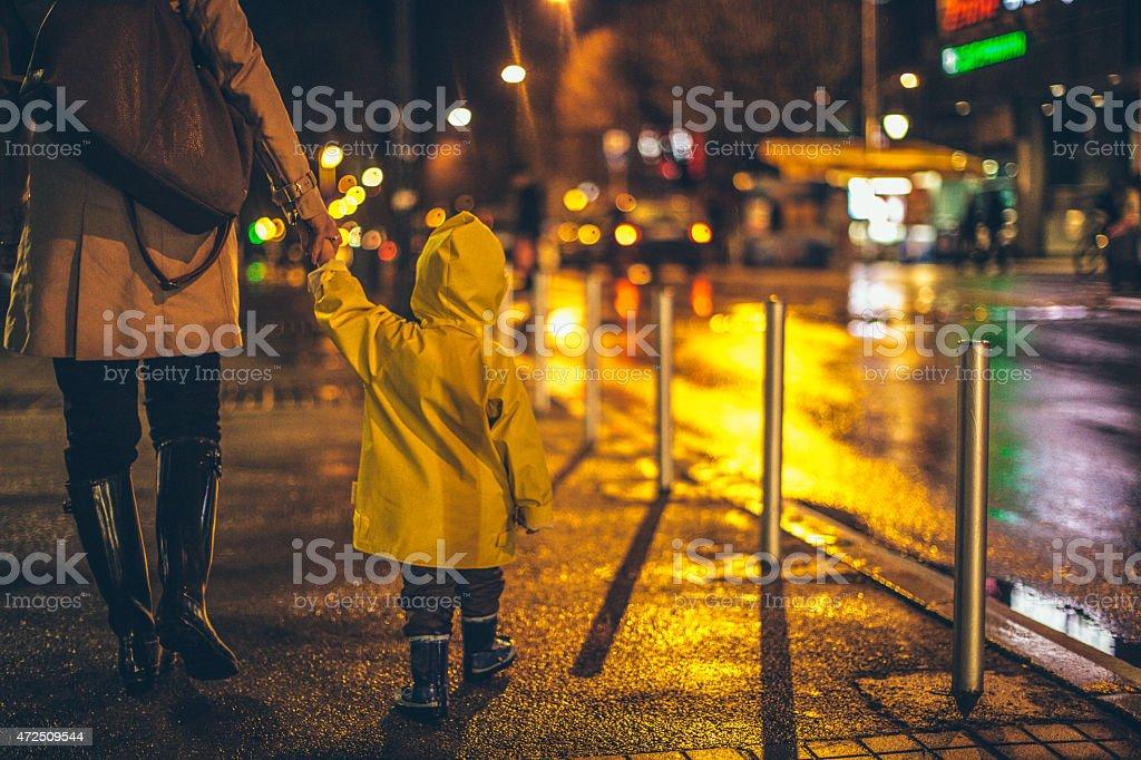 Caminhe em uma noite chuvosa - foto de acervo