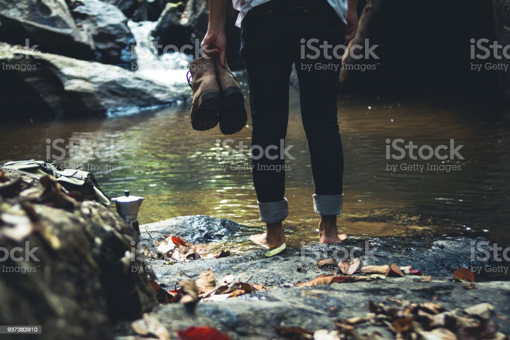Zu Fuß in den Wald natürlicher Wasserfall – Foto