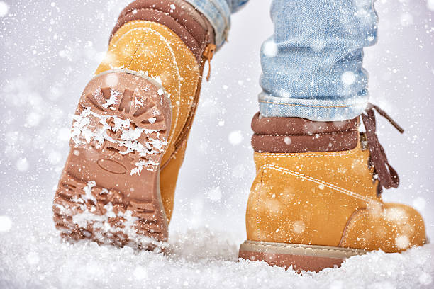 spaziergang im schnee - kinder winterstiefel stock-fotos und bilder