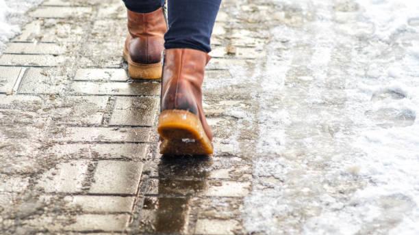 walk on icy pavement - marciapiede foto e immagini stock