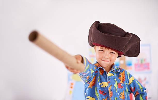 gehen sie die plank scallywag - piratenzimmer themen stock-fotos und bilder