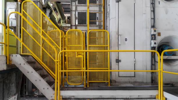loop weg met gele leuning in de fabriek - veiligheidshek stockfoto's en -beelden