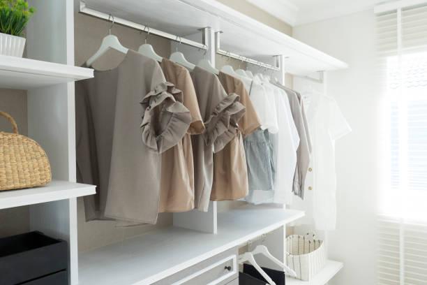 begehbarer kleiderschrank - kleiderschrank ohne türen stock-fotos und bilder