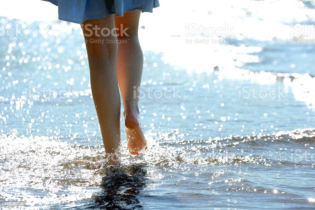 Ходить вдоль берега моря стоковое фото