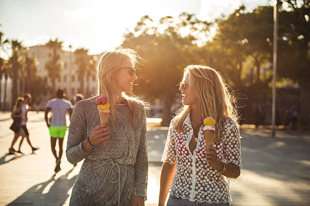 Walking and eating ice cream - foto de stock