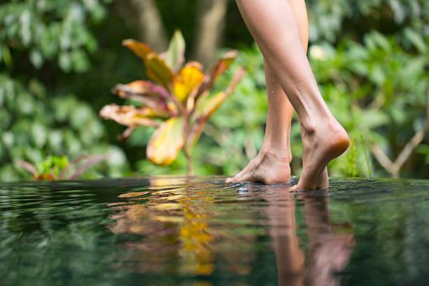 walking am infinity-pool - pool schritte stock-fotos und bilder