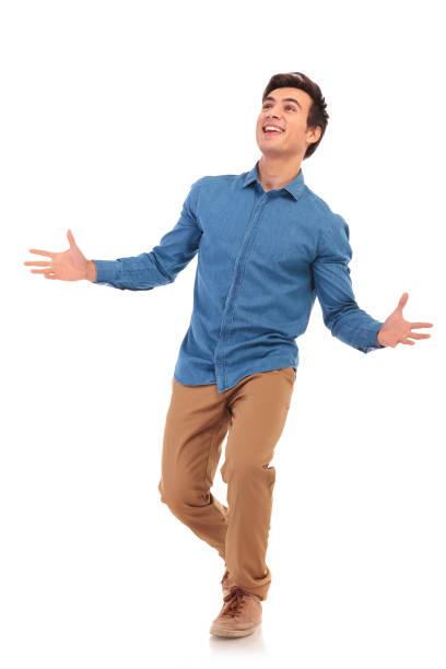 marche homme casual se félicitant et levant les étonné - Photo