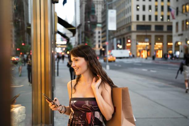 5th avenue hinunter - dresses online shop stock-fotos und bilder