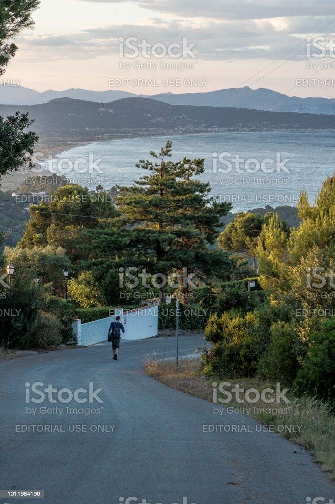 Caminando por la montaña en la hora azul - foto de stock