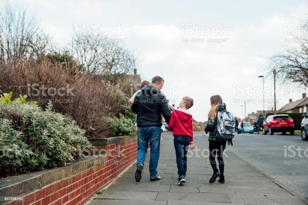 学校から家に歩いてください。 ストックフォト