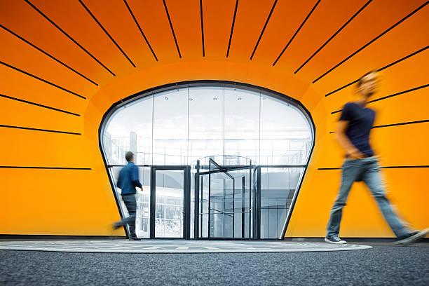 zu fuß in die moderne architektur - deutsche bibliothek stock-fotos und bilder
