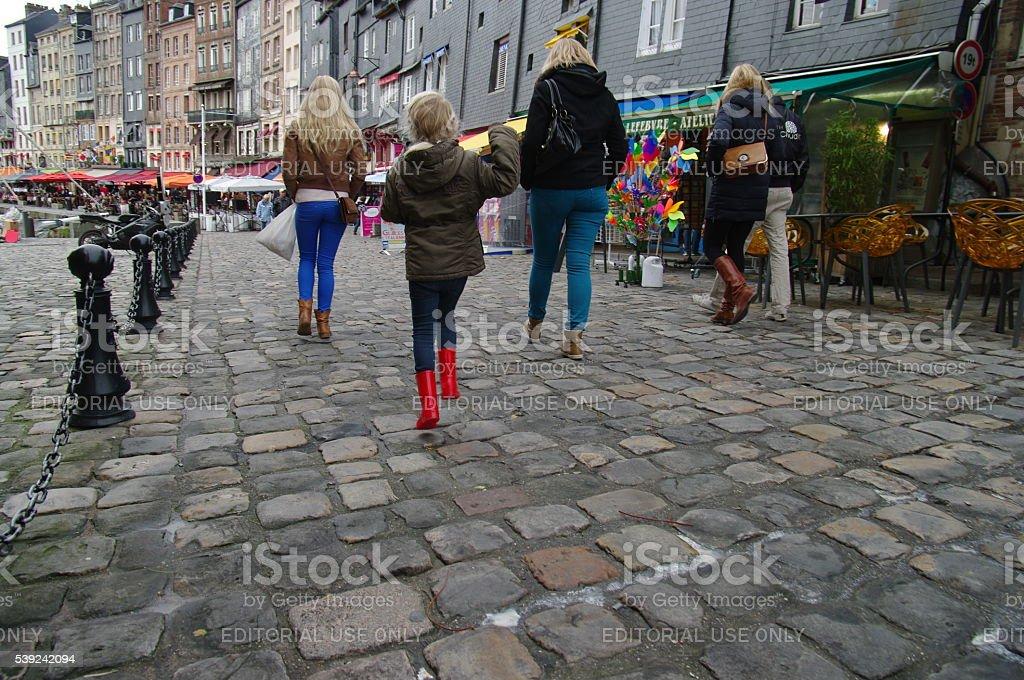 Caminando en la ciudad foto de stock libre de derechos