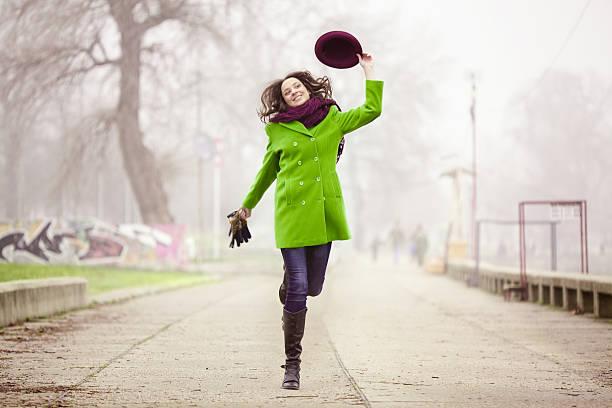Zu Fuß in der nebeligen Wintertag – Foto