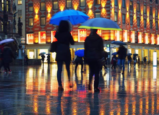 Gehen im Regen – Foto