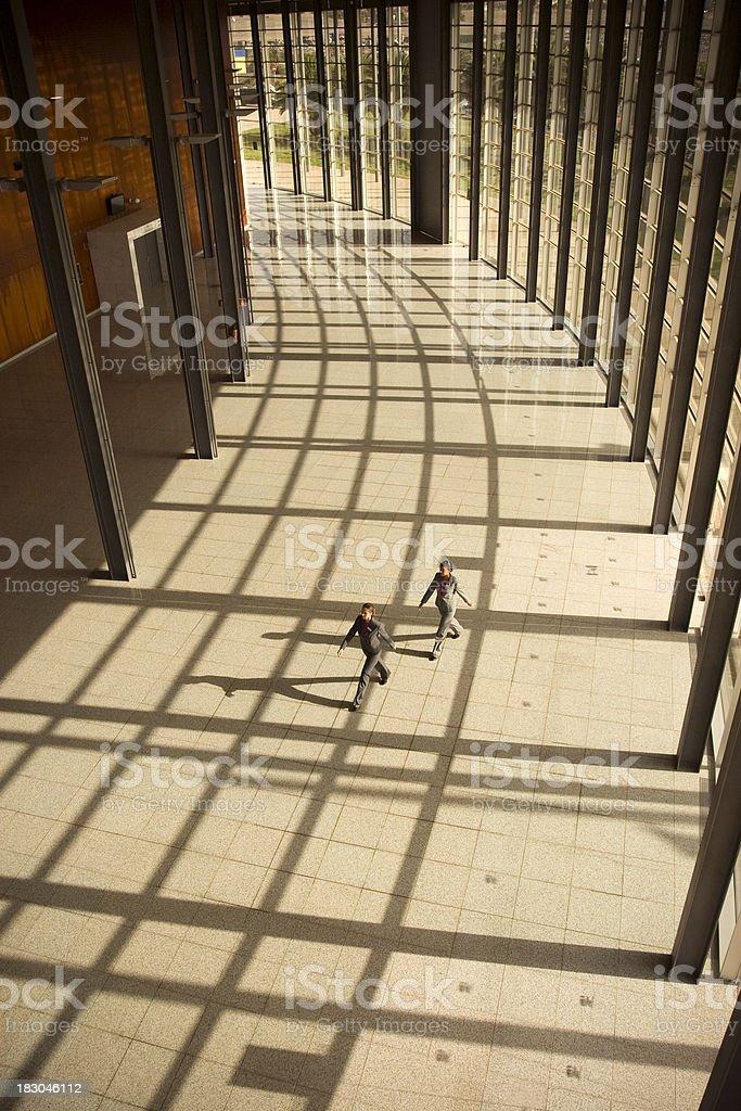 Caminar en un edificio de vidrio - foto de stock