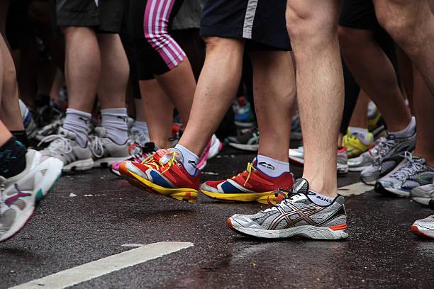 walking beine - nike damen sneaker stock-fotos und bilder