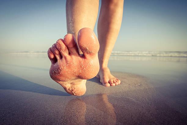 walking am strand - joggerin stock-fotos und bilder
