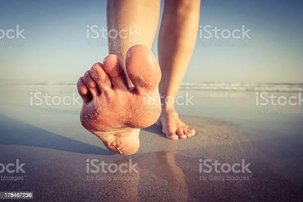 Caminatas En La Playa Foto de stock y más banco de imágenes de Descalzo