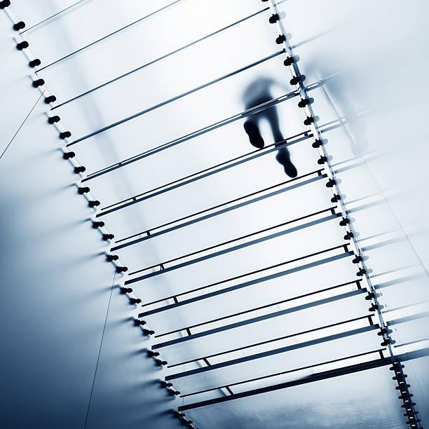 Auf Treppe aus Glas – Foto