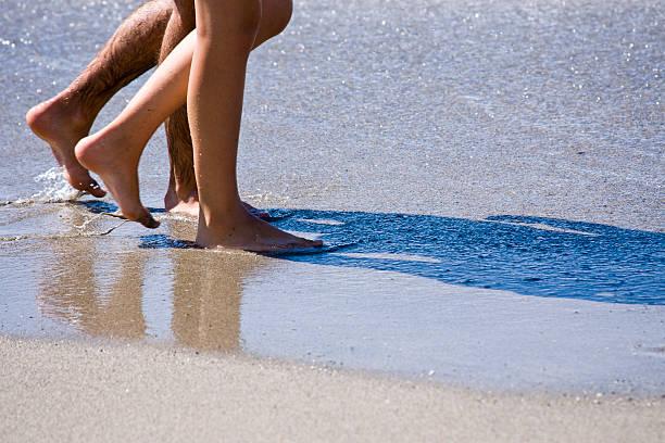 fuß auf den strand. farbe - fkk strand stock-fotos und bilder
