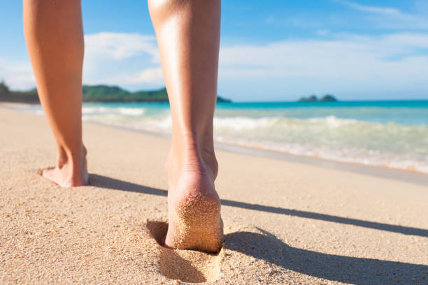 walking on the beach - scalzo foto e immagini stock