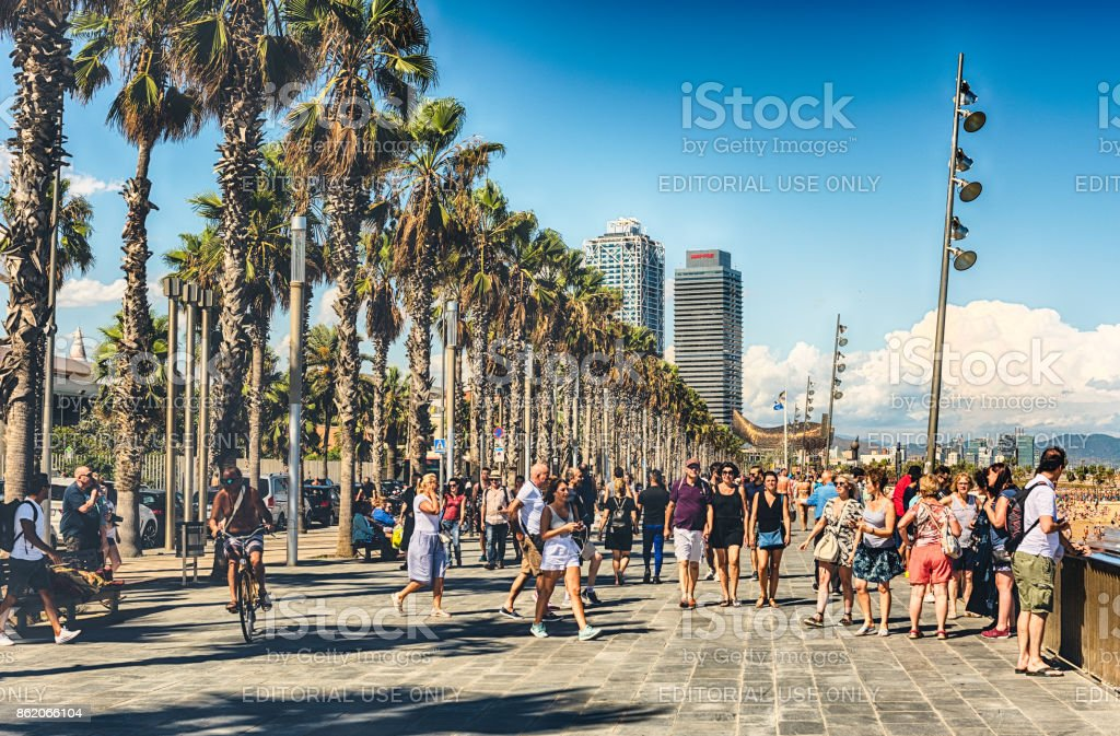 Caminando por el paseo marítimo de playa de la Barceloneta, Barcelona, Cataluña, España foto de stock libre de derechos