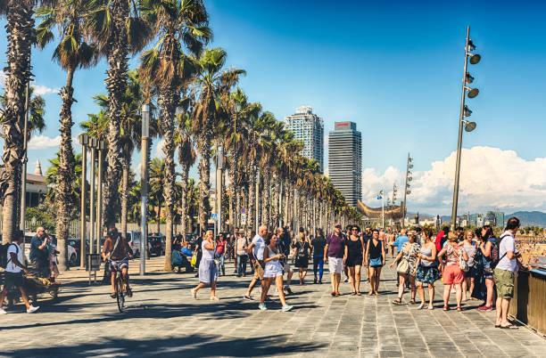 Walking on the promenade of Barceloneta beach, Barcelona, Catalonia, Spain - foto stock