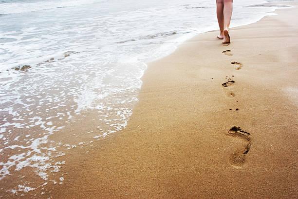 camminare sulla sabbia - scalzo foto e immagini stock