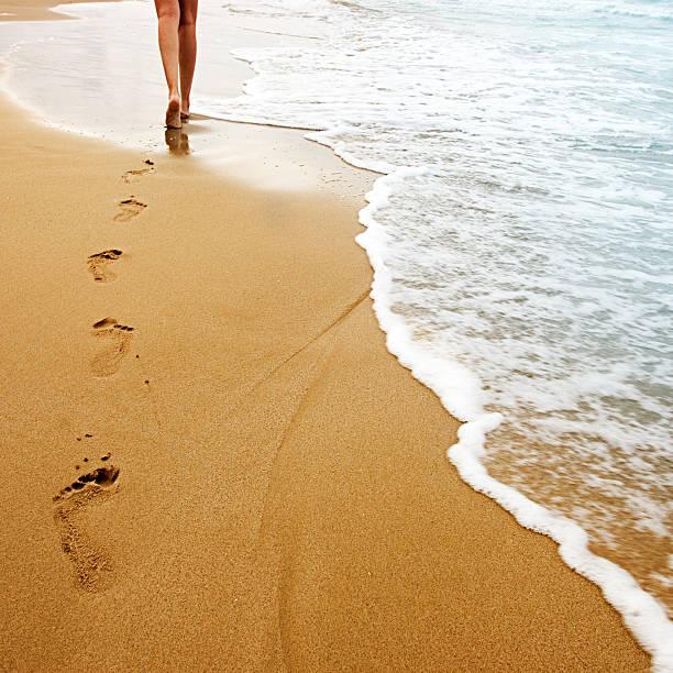 fuß auf sand - fußspuren stock-fotos und bilder