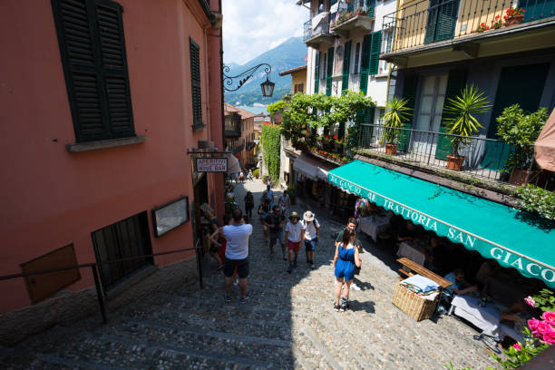 wandern auf den straßen von bellagio, einem kleinen dorf am comer see, italien. - hotel mailand stock-fotos und bilder