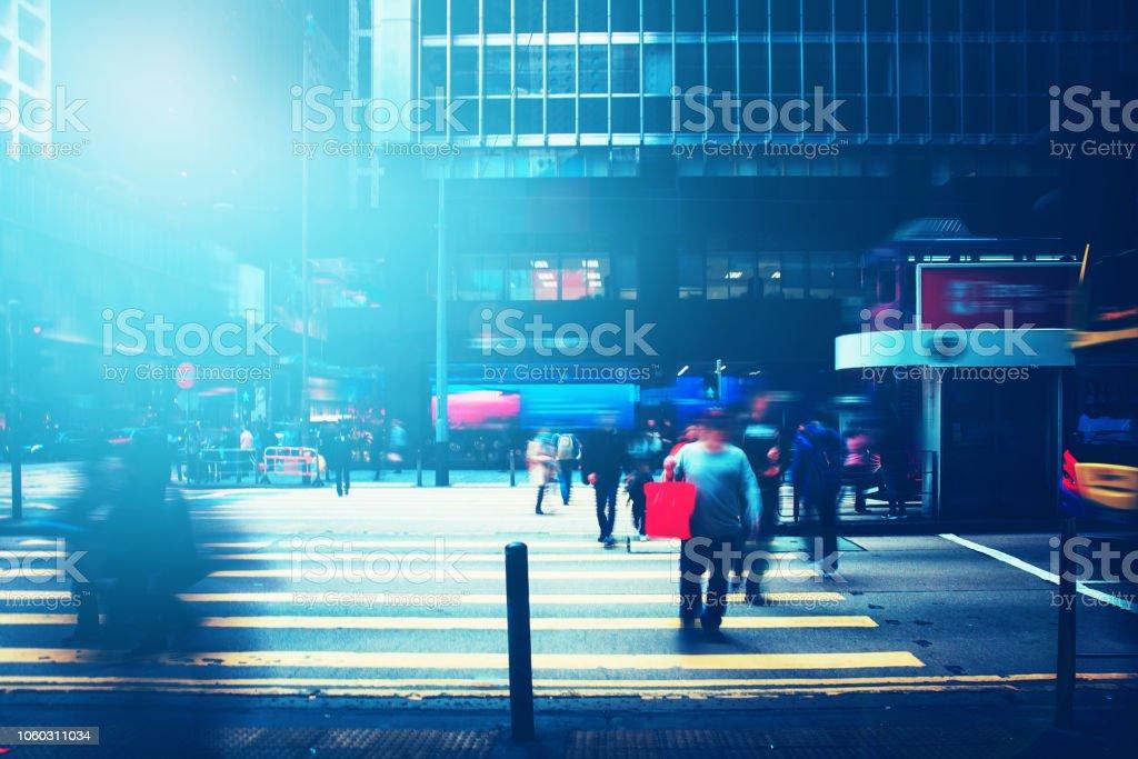 marche des gens dans la rue avec la lumière du soleil effet occupé - Photo